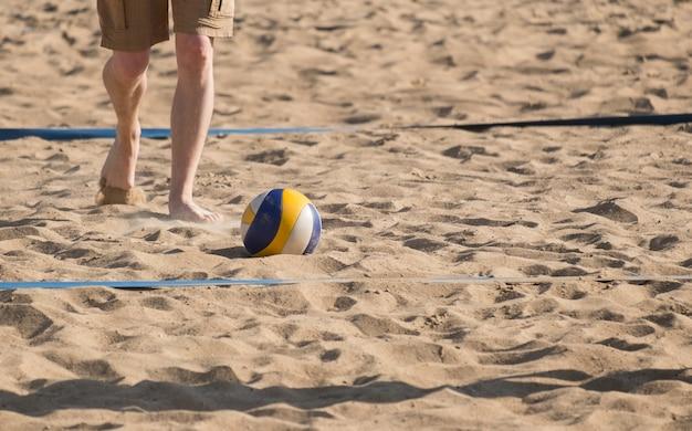 Человек играет в волейбол