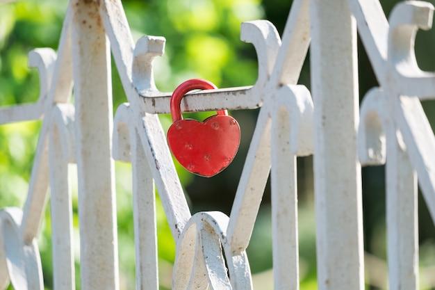 橋のフェンスに赤いロック