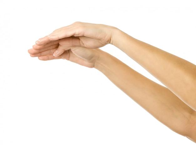 カバーと保護。白で隔離される女性の手ジェスチャー