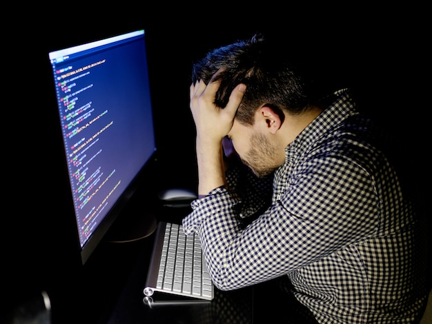 フリーランサーのプログラマーが昼寝をして顔を倒した