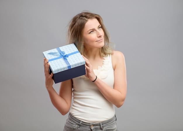 分離されたプレゼントを開く女の子