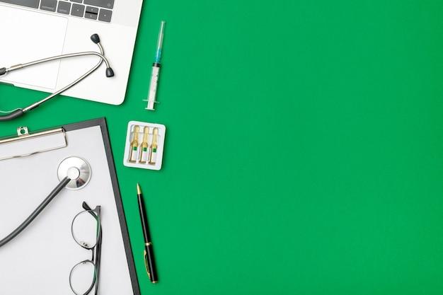 ノートパソコンと医者の机の上から見る
