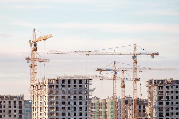 建設用クレーンと建設中の建物