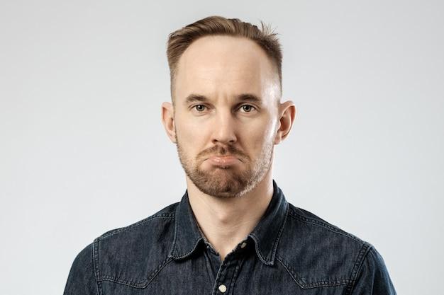 Портрет расстроенного молодого человека
