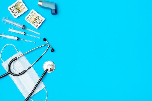 Плоская планировка медицинских инструментов на цветном фоне