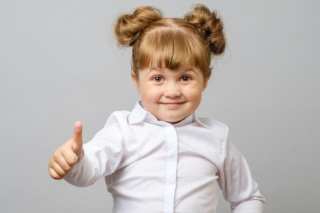 Портрет милая девушка показывает палец вверх знак