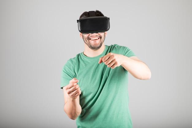 仮想現実の眼鏡を使用している人