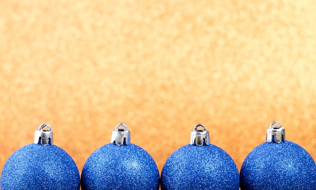 Рождественская композиция на ярком фоне