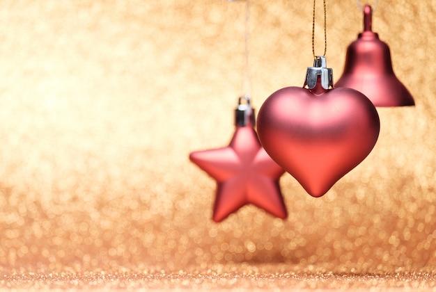 キラキラ背景に赤のクリスマスのおもちゃ