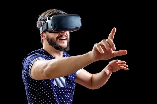 Молодой счастливый человек испытывает виртуальную реальность