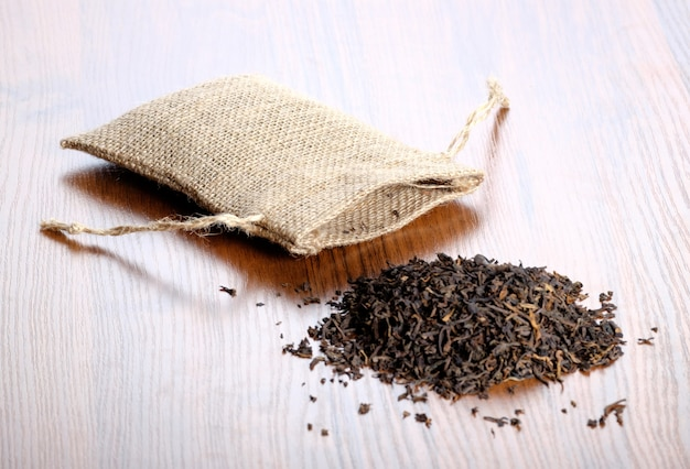 木製の床に布の袋と乾燥茶