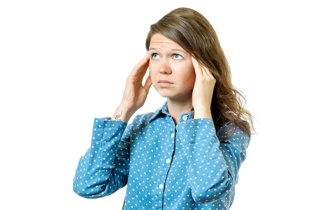 Женщина имея головную боль изолированную на белизне