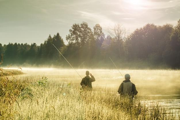 Силуэты мужчин, рыбалка на реке