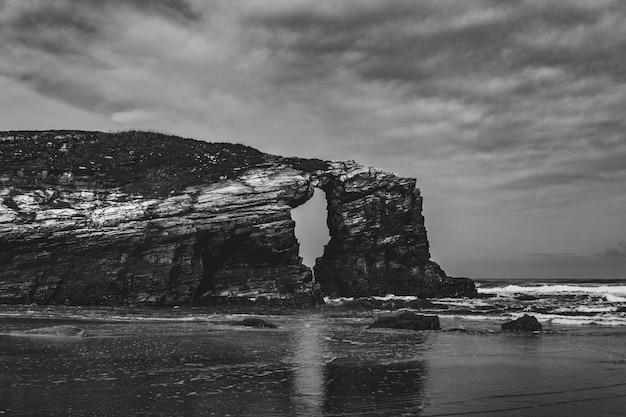 Пейзаж гигантской скалы в черно-белом