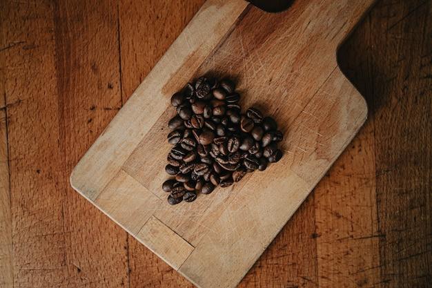 木製のテーブルの上にコーヒーの穀物で作られたハース