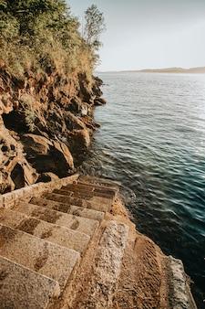 Лестница на море в солнечный день