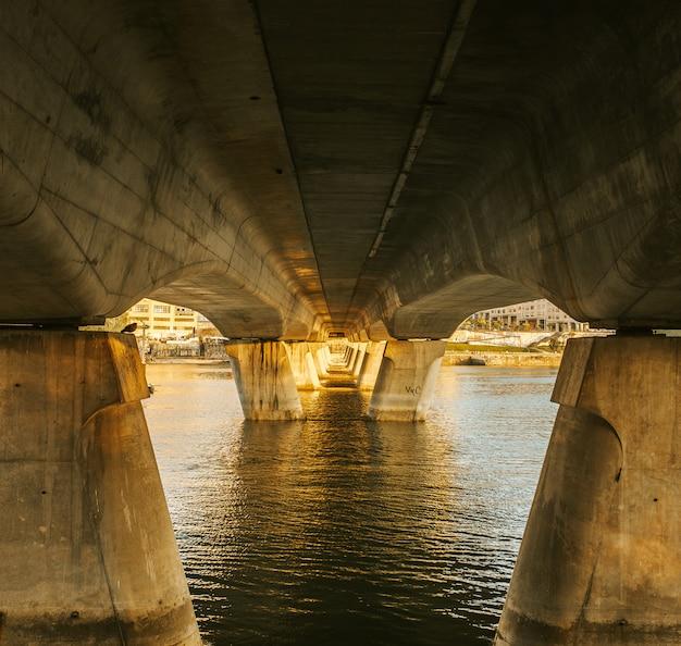 下からの橋と海