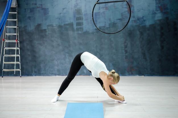 演習を行うジムで若い女性。スポーツとライフスタイルのコンセプト