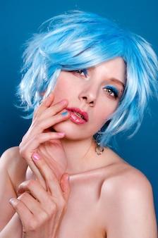 Портрет красивой женщины в голубом парике