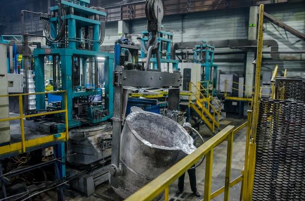 Интерьер литейной рабочей станции и оборудование для производства литых дисков. индустриальная зона