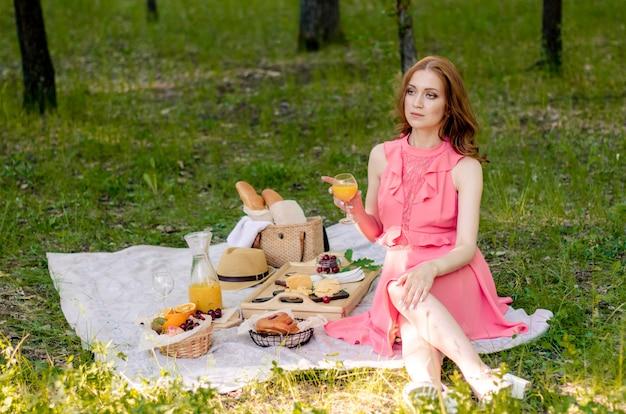 Молодая женщина в парке на улице в солнечный день