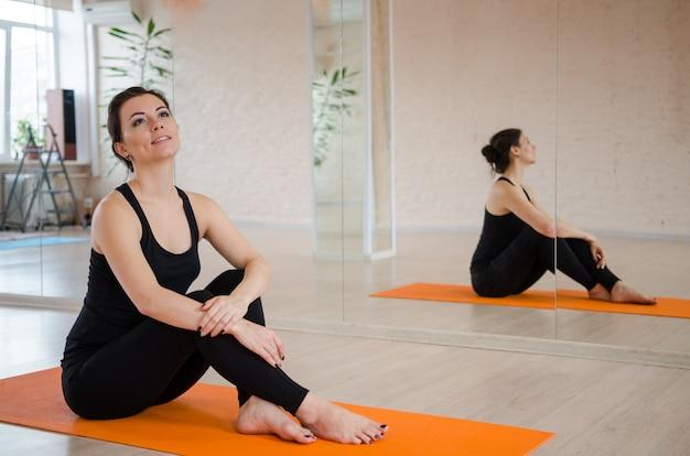 若い女性の肖像画。ヨガの練習をしているスポーティな女性。健康の概念