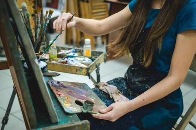 アートスタジオで描く女性画家