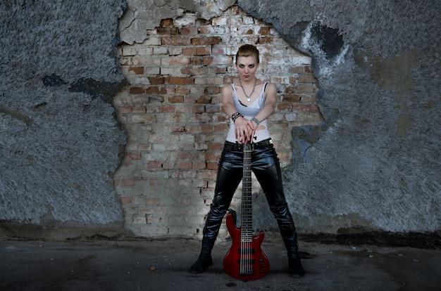 Девушка рок-музыканта с гитарой
