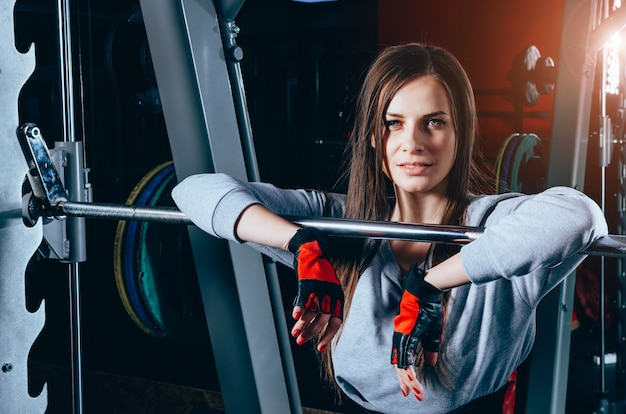 Привлекательная молодая кавказская девушка в спортивной одежде