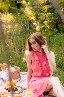 外の公園で赤髪の女性