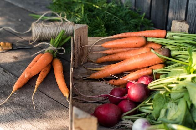 木製の箱で新鮮な有機野菜。有機農場のコンセプト