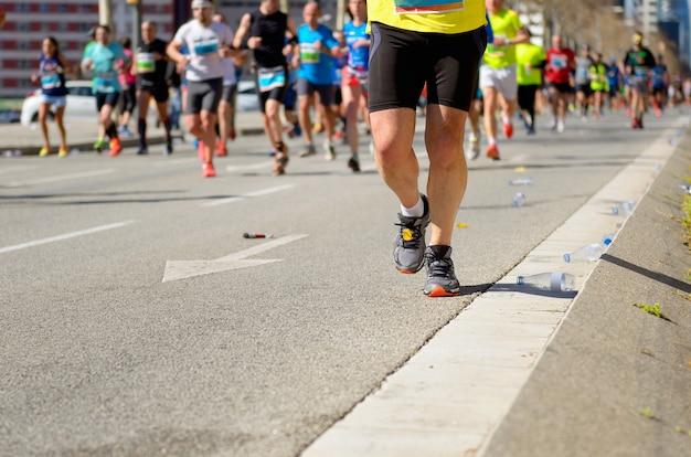 Марафонская гонка, множество бегунов на дорожных гонках, спортивные соревнования, фитнес и концепция здорового образа жизни