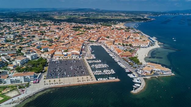 Воздушный вид сверху лодок и яхт в марине сверху, гавань города мезе, южная франция