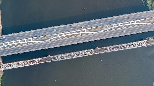 車や鉄道の橋の道路自動車交通の上から、輸送の概念の空中のトップビュー