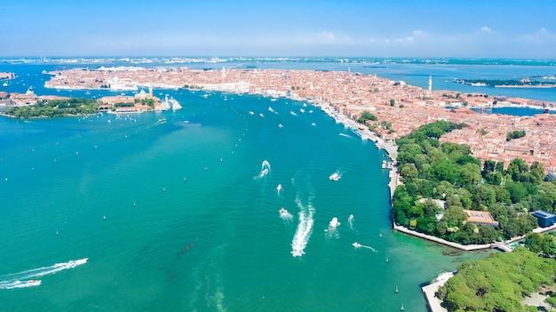 ヴェネツィアのラグーンと上から、イタリアの海でヴェネツィア島の街並みの空中ドローンビュー