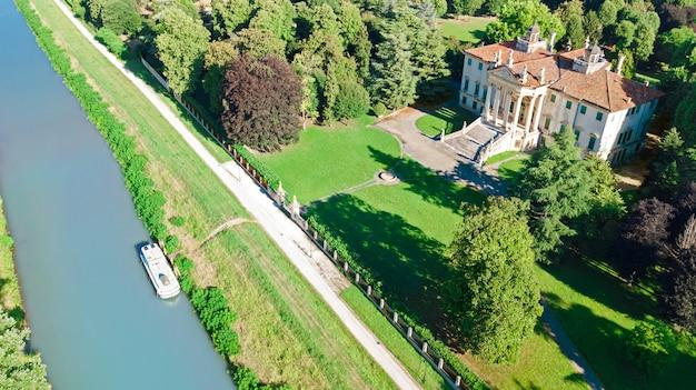 古代のヴィラジョバネッリと上からブレンタ運河の庭園の空中のトップビュー、ベネト、ベニス地域、イタリア北部のパドヴァ(パドヴァ)