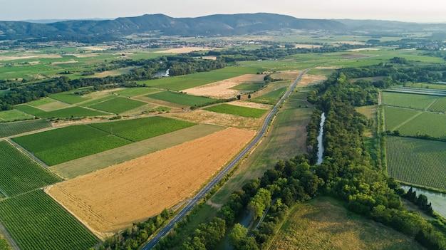 南フランスの美しい田園風景、上からミディ運河とブドウ畑の上からの眺め