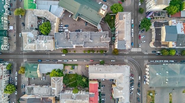 キエフ都市景観、上からポドル歴史地区のスカイライン、キエフ、ウクライナの都市の空中のトップビュー