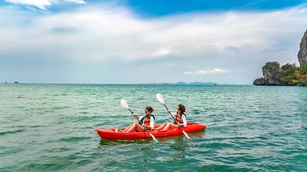 家族のカヤック、母と娘が島の近くの熱帯の海のカヌーツアーでカヤックに漕ぎ、タイ、クラビの子供たちと楽しい、アクティブな休暇を過ごす