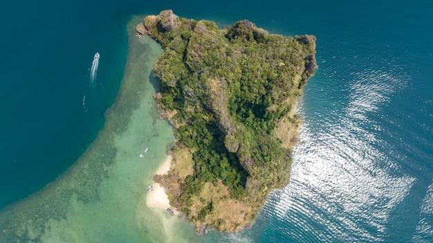 熱帯の島、ビーチ、上から青い透明なアンダマン海のボート、タイ、クラビの美しい群島の空撮