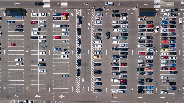 Парковка с видом сверху на много автомобилей сверху, городской транспорт и городская концепция