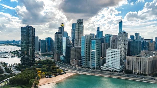 上からシカゴのスカイライン空中ドローンビュー、シカゴのダウンタウンの高層ビルとミシガン湖の街並み、イリノイ州、米国