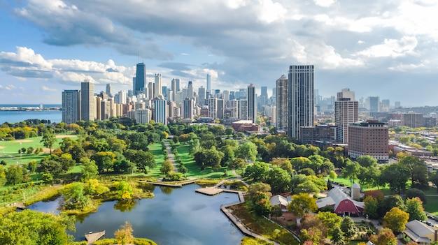 Чикагский горизонт воздушный беспилотный вид сверху, озеро мичиган и город чикаго небоскребы городской пейзаж птичьего полета из линкольн-парка, штат иллинойс, сша