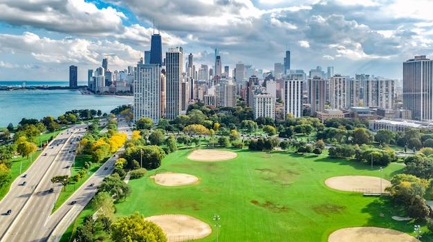 上からシカゴのスカイライン空中ドローンビュー、ミシガン湖、シカゴのダウンタウンの高層ビル都市景観リンカーンパーク、イリノイ、米国からの鳥瞰図