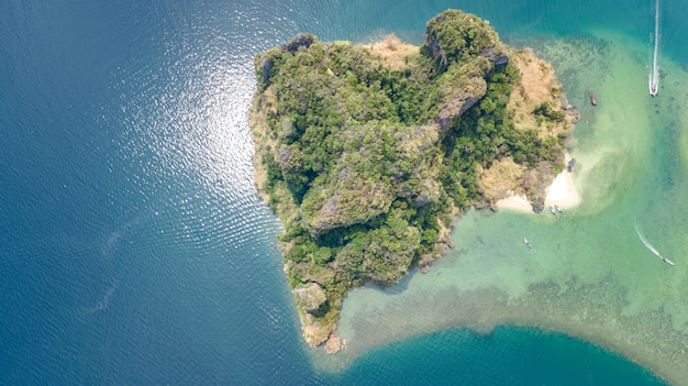 熱帯の島、ビーチ、上から青い澄んだアンダマン海のボート、クラビ、タイの美しい群島の空中ドローンビュー