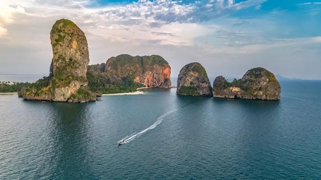 タイ、クラビ県のライレイビーチ、熱帯のライレイビーチとプラナンビーチ、アンダマン海の海岸線の上からの眺め