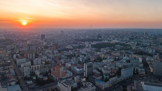 上から夕日にキエフ市街のスカイラインの空中平面図、夕方、ウクライナの首都でキエフセンターダウンタウンの街並み