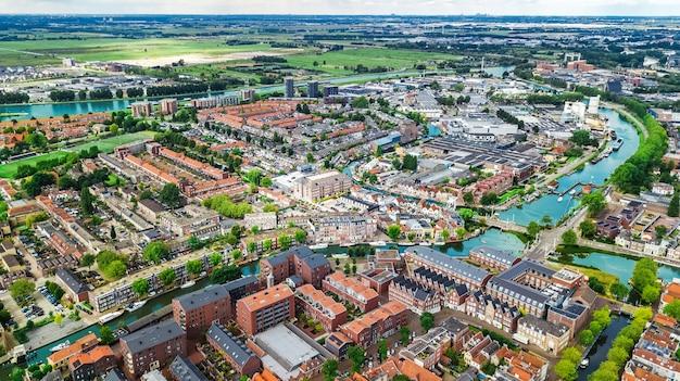 上から、運河と住宅、オランダ、オランダの典型的なオランダの街のスカイラインのデルフトの町の街並みの空中ドローンビュー