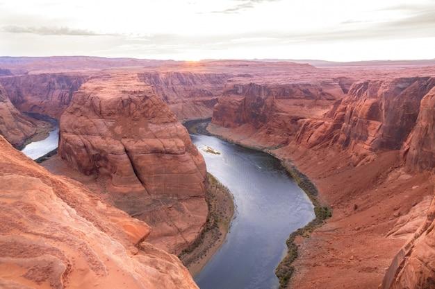 Изгиб подковы на реке колорадо возле пейдж, красивый закат, аризона, сша