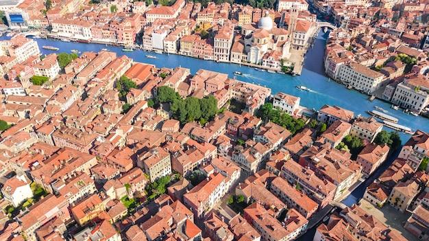 ヴェネツィア市大運河と空中ドローンビュー、ヴェネツィア島の街並み、ヴェネツィアのラグーンの上から、イタリア
